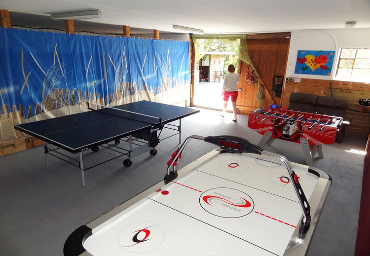 Alter Pferdestall mit Airhocky, Kicker und Tischtennis