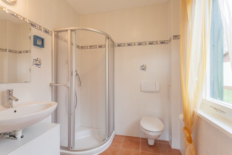 Helles Tageslichtbad mit Dusche, WC und Waschbecken