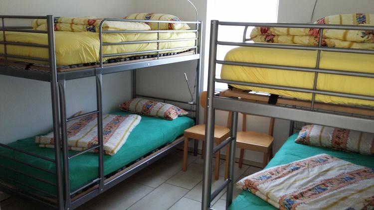 Schlafzimmer 2-Betten bezogen