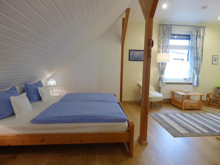 1. Schlafzimmer- DB 200/200 mit Babybett