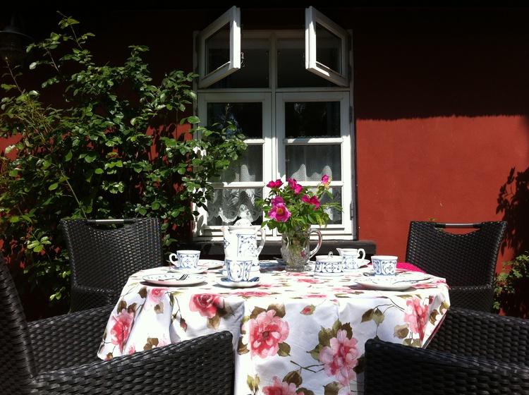 Urlaubs-Frühstück auf der sonnigen Terrasse.