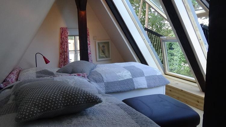 Schlafzimmer mit Fernsehecke im Dachgeschoss
