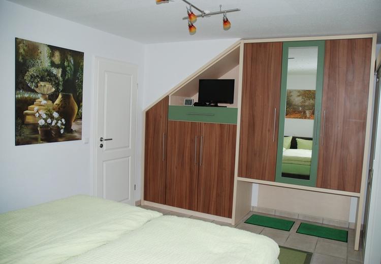 Schlafzimmer mit hochwertigem Einbauschrank und Kofferablage