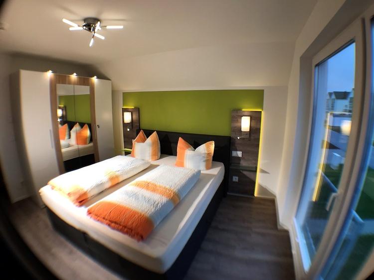 Zweites Schlafzimmer mit Boxspringbett 180 x 200, Smart TV, Wasserblick, großzügiger Kleiderschrank