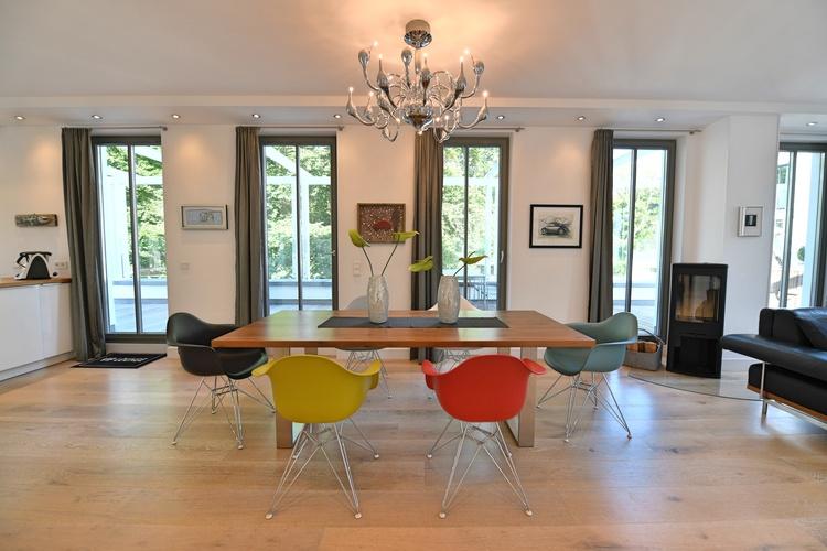 Essbereich mit stylischen Eames Stühlen