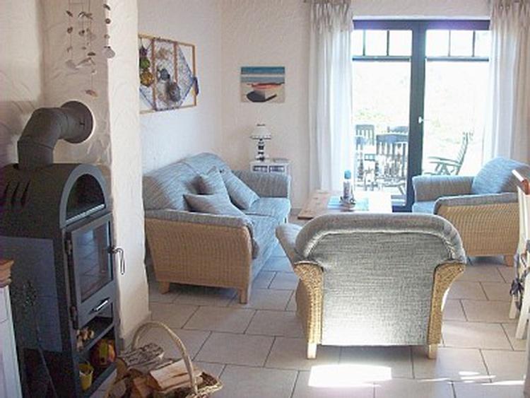 Wohnbereich mit Couch, Kamin und Flachbild TV
