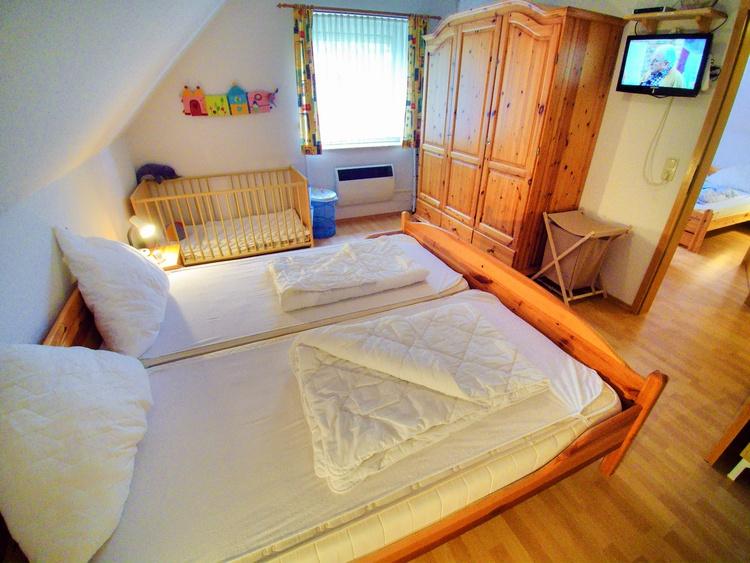 Elternschlafzimmer mit eigenem TV und DVD-Player