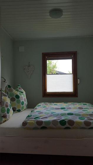 Schlafzimmer mit Doppelbett 1,40m x 2,00m und Flachbildfernseher