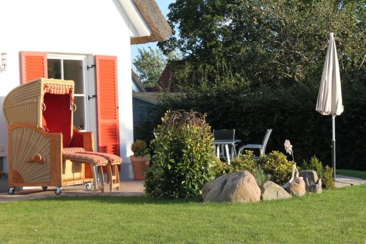 Garten mit Strandkorb und Gartenmöbel