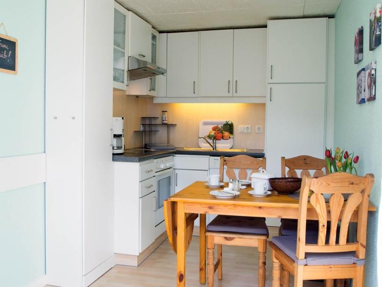 ... komplett mit Geschirrspüler und gemütlichem Essplatz