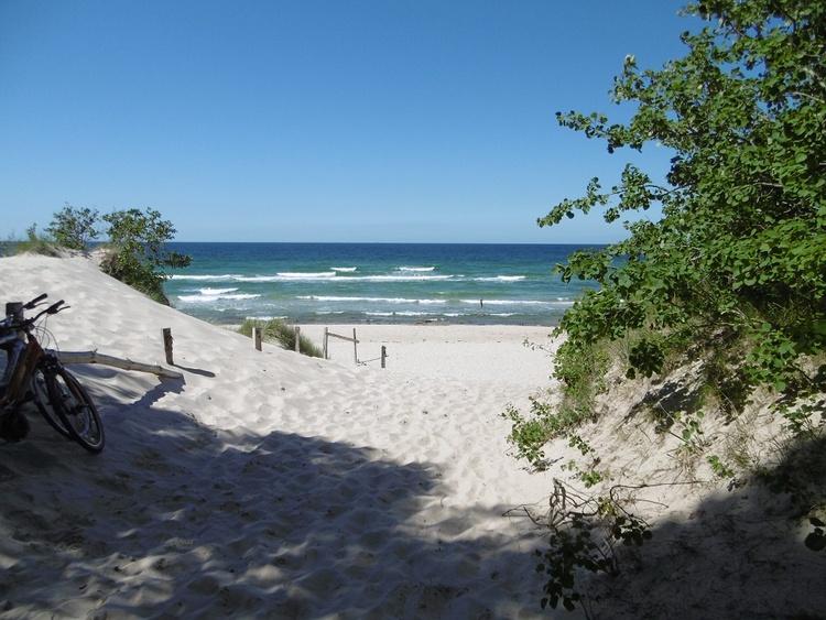 Der nur 250 m entfernte kilometerlange Sand-Badesandstrand lädt zum Wandern und Sonnenbaden ein.