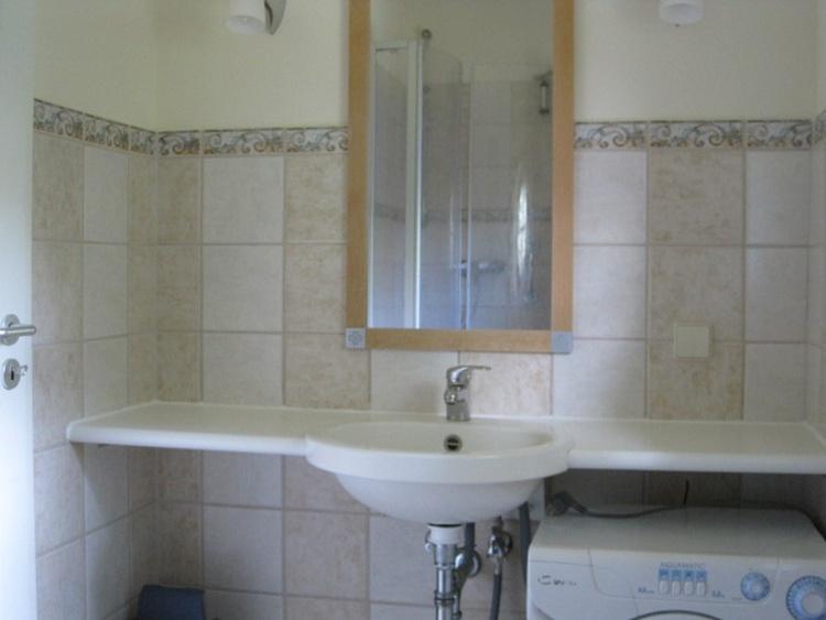 Bad mit Dusche u. WC im Erdgeschoss