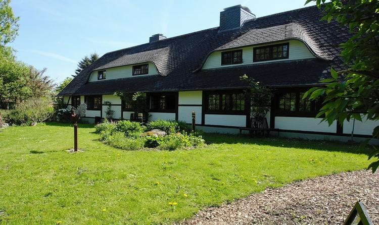 Hausfront und Garten