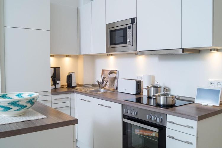 Küche mit Geräten und Küchenblock