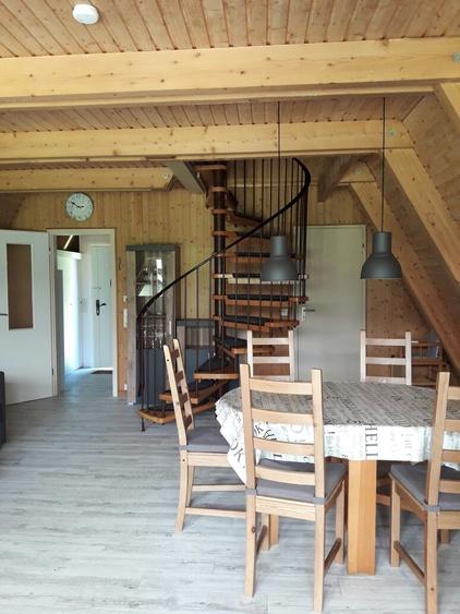 Wohnzimmer mit Wendeltreppe zu den 2 Schlafzimmern