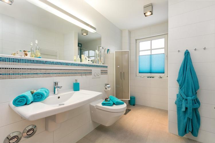 beh. ger. Bad mit Komfort-WC und unterfahrbarem Waschtisch