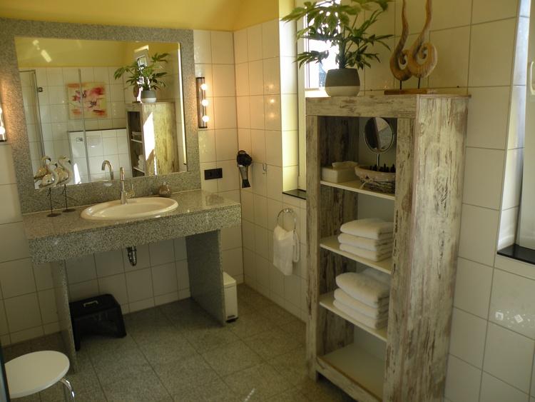 Großes, giebelhohes Bad mit zwei Fenstern, zusätzl. im Erdgeschoß ein Gäste-WC