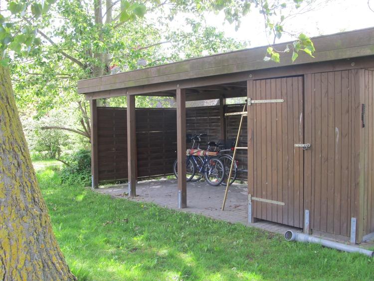 Das Carport schützt gern Ihre Fahrräder und /oder Surf-/Kiteausrüstung