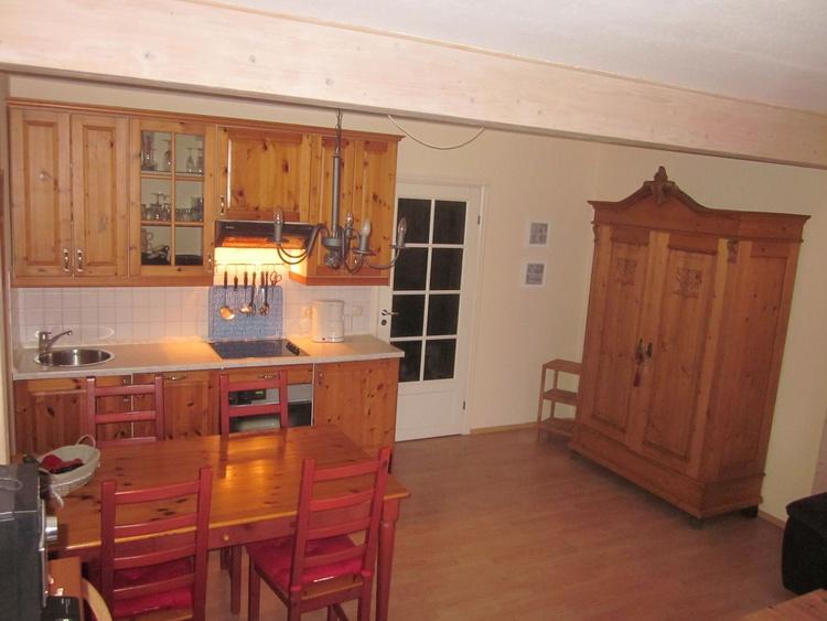 Küchenzeile mit Backofen, Ceranfeld und Geschirrspüler