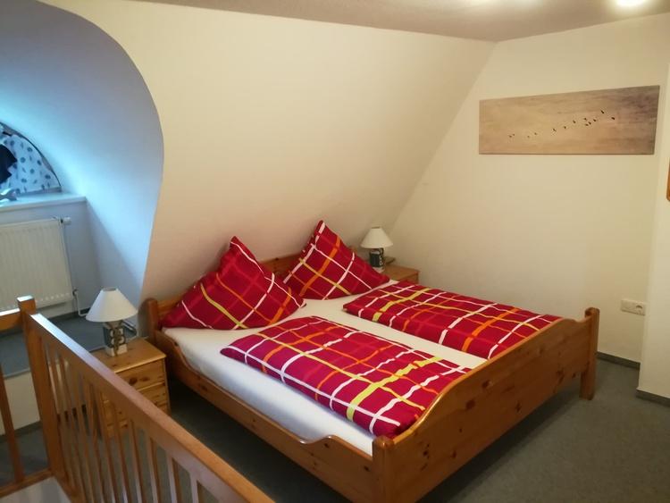 Schlafen unter Reet, li.Raumseite: Doppelbett