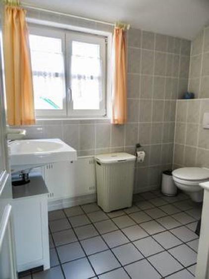 Ein schönes Bad mit Dusche, WC, Handtuchheizkörper, Fön, Schränke/Wäschepakete.. steht zur Verfügung