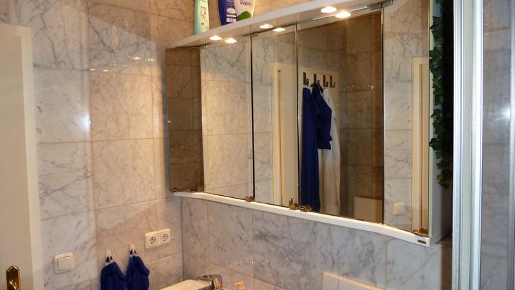 Marmorbad mit großem Spiegelschrank