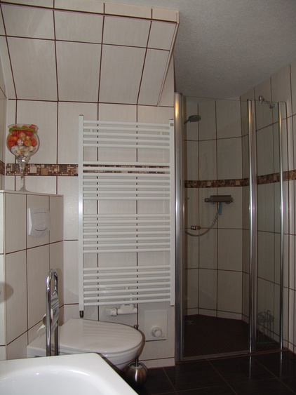 Nach einem belebenden morgendlichen Duschbad sorgt der beheizte Fußboden für Wohlbehagen.