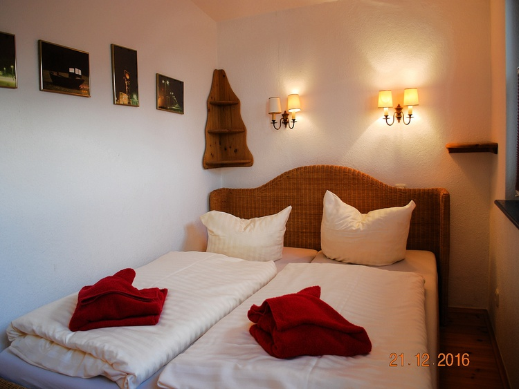 Blick in den oberen Schlafraum mit Doppelbett