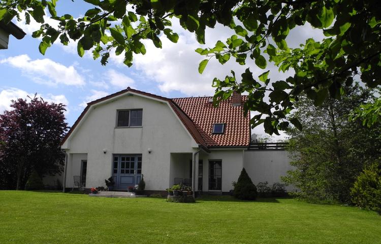 Gartenansicht des Hauses mit Eingangsbereich