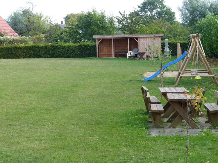 Große Spielwiese mit Grillplatz