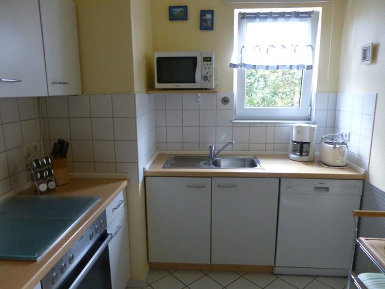 Kpl. ausgestattete Küche mit Geschirrspüler, Kühl-Gefrierkombination, Microwelle und ausr. Geschirr.