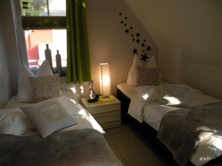 Im 2. Schlafzimmer zwei Einzelbetten mit hochwertigen Bettwaren, TV