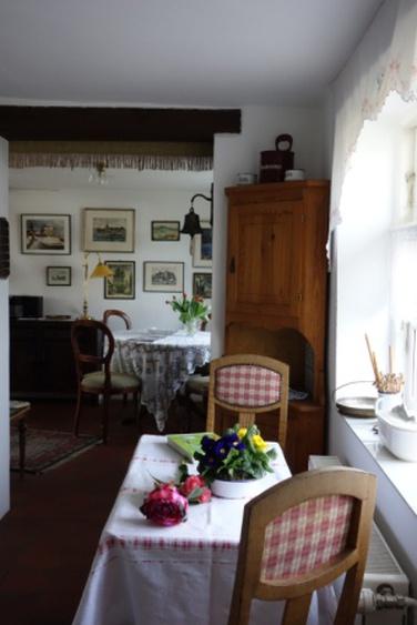 Blick von der Küche in den Essraum.