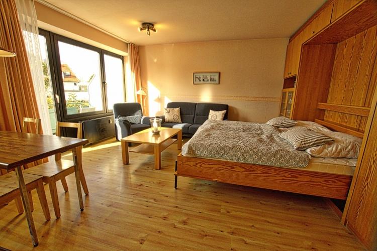 Wohnzimmer mit Schrankwandbetten
