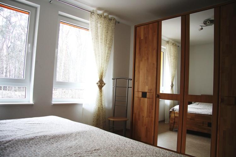 Elternschlafzimmer mit Kleiderschrank und Nachtkonsolen