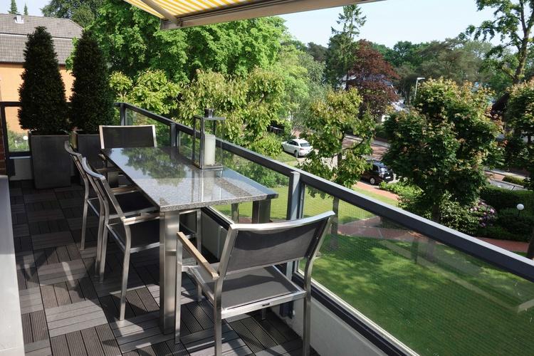 Balkon mMeerblick, elekt. Markise, hochwert. Bodenbelag, Granittisch u.Edelstahlstühle, Elektrogrill