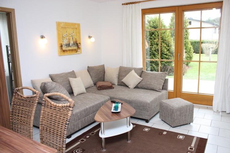 gemütliches Wohnzimmer mit Terrasse