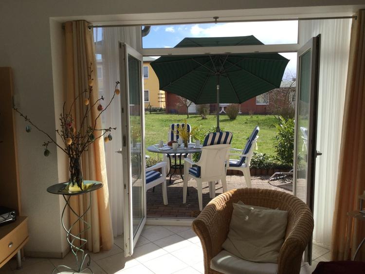 Blick aus dem Wohnzimmer zur Terrasse und Spielwiese