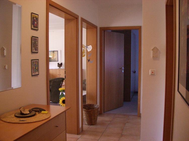Flur mit Blick ins Wohnzimmer