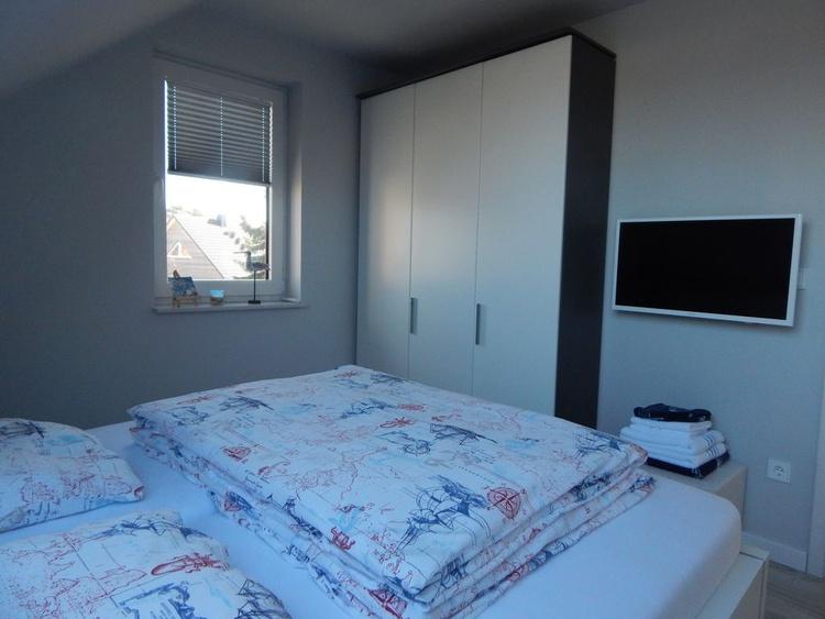 2. Schlafzimmer oben mit TV u. sehr hochwertigen Matratzen u. Wasserblick