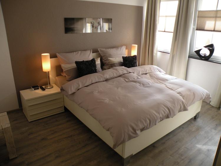 Komfortables Doppelbett, Höhe 65 cm, seniorengerecht. Ein Bett mit elektr. Lattenrost, Sat-TV