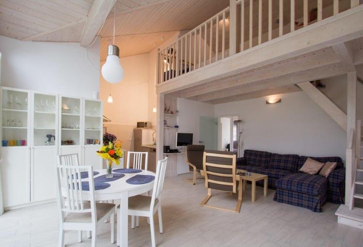 Wohn-Essbereich mit Galeire und Küche