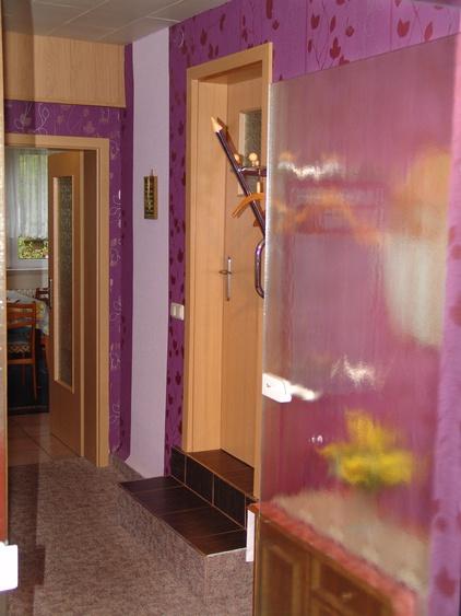 Eingangsbereich mit Blick geradeaus in die große Wohnküche sowie rechts zum Badezimmer.
