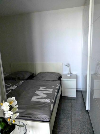 Doppelbett, Kommode und Kleiderschrank