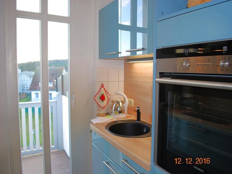 2. Blick in die Küche mit Zugang zum Balkon