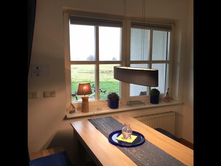 Moderner Esstisch mit Blick auf den Bodden