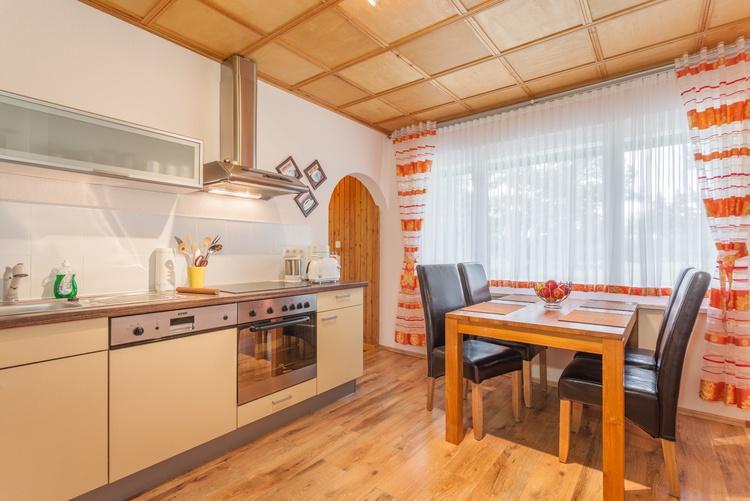 Gut ausgestattete Küche mit Geschirrspüler und Backofen