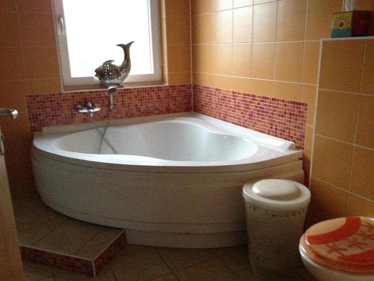 2. Bad mit Eckbadewanne, Waschbecken und Toilette