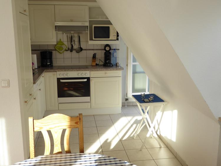 Küche mit Tür zum Balkon