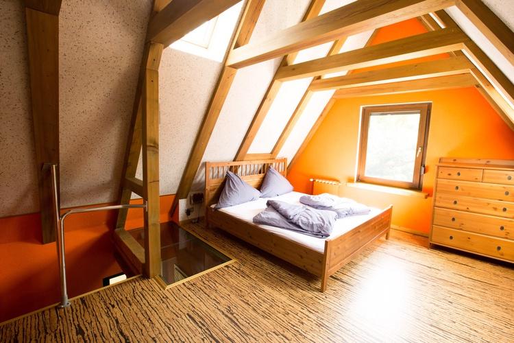 Schlafzimmer mit Galeriecharakter oben